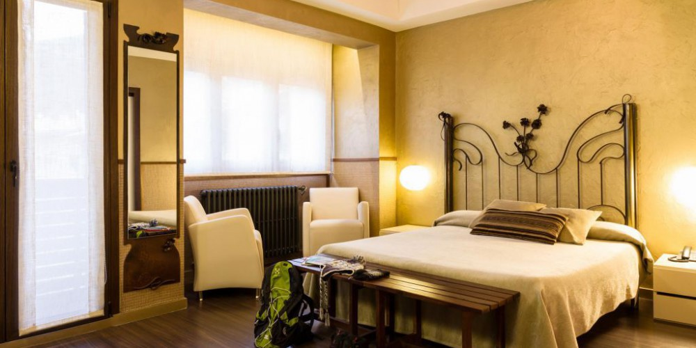 The Superior rooms with hydromassage offer a special atmosphere with a touch of elegance with golden tones and ironwork. They have air conditioning and a hydromassage bath in the bathroom with relaxing chromotherapy and a thermostatic rain sensation showe