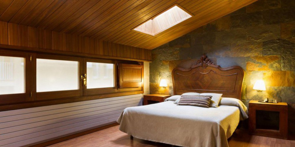 The tones of stone and wood give the Superior bedrooms warm, rustic touches. With air-conditioning, some of them have a wooden ceiling (attic) with skylights so you can see the stars on still nights.