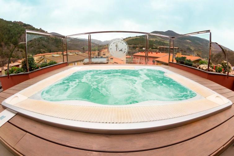 Zona relax con jacuzzi hotel els ca adors de ribes for Jacuzzi exterior terraza