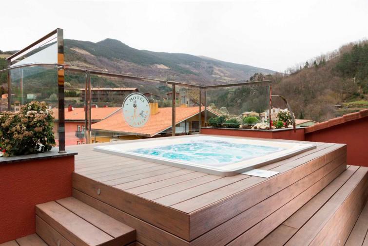Zona Relax Con Jacuzzi Hotel Els Cacadors De Ribes - Jacuzzi-exterior-terraza